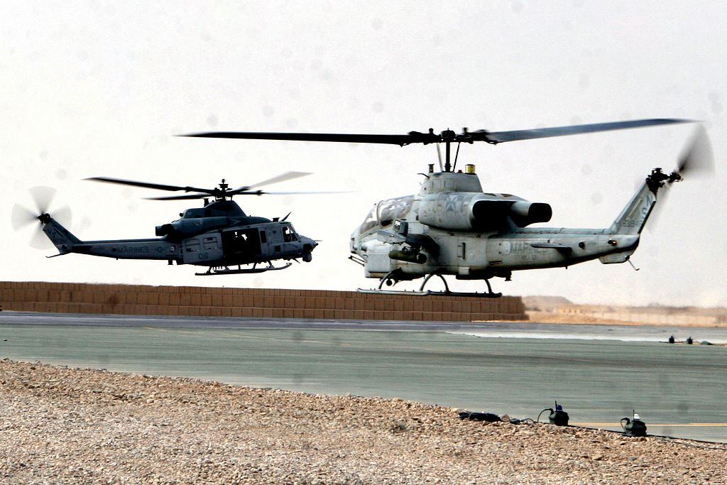 Quel futur hélicoptère d'attaque pour les FRA? - Page 9 1024px-AH-1W_UH-1Y_take_off_from_Bastion_Afghanistan_2009