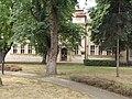A park fái között a gimnázium homlokzata, 2019 Kapuvár.jpg