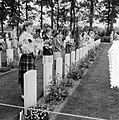 Airborne-herdenking in Oosterbeek. Kinderen met bloemen, Bestanddeelnr 905-3110.jpg