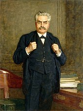 Olieverf op doek van een man met grijzend haar, snor, kijkend naar zijn neus, staande in een kantoor, zijn handen op de revers van zijn driedelig pak