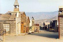 Décors du film Le Bon, La Brute et le Truand. On peut y voir différentes maisons en bois propres à l'époque des westerns