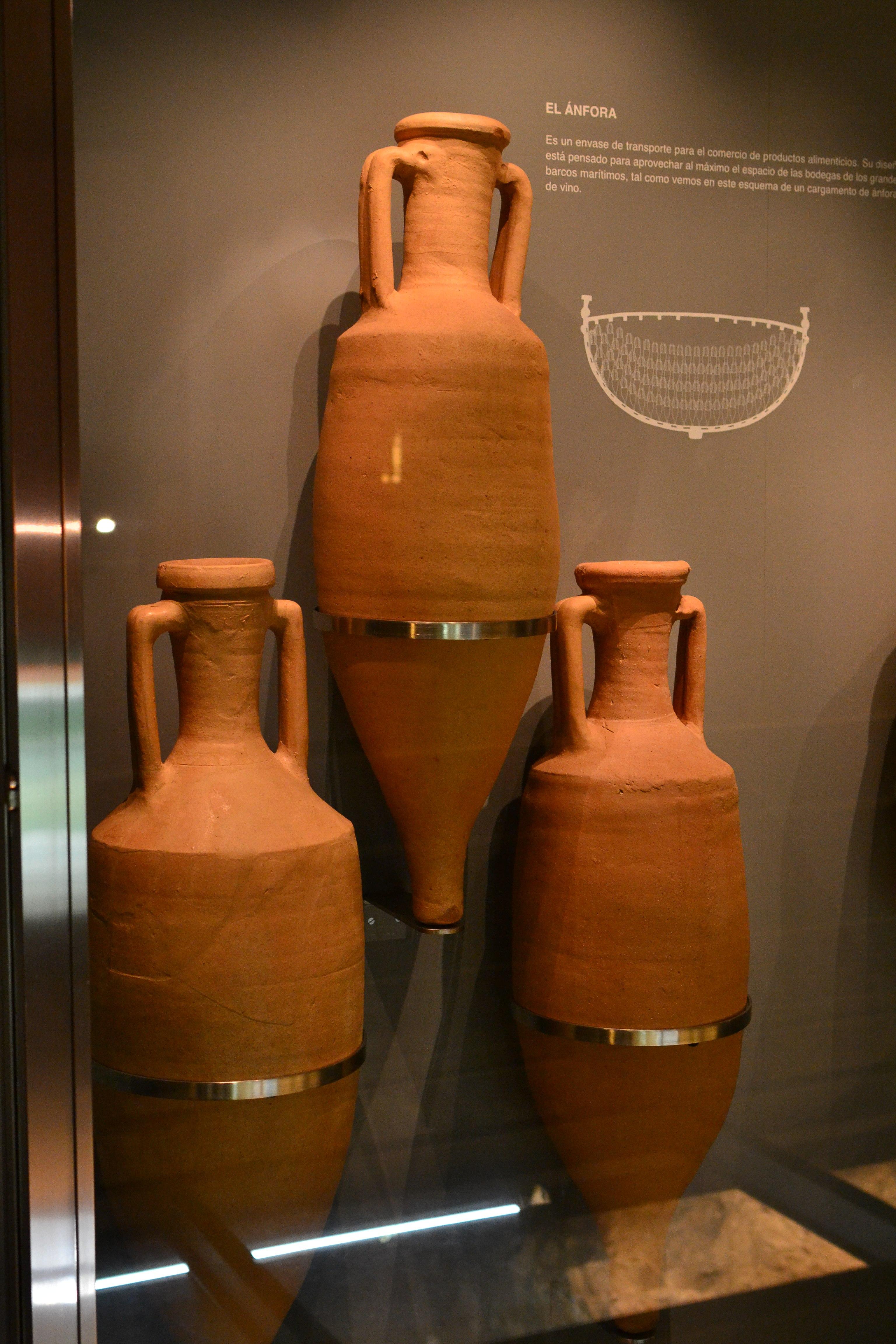 Ánfora romana de barro para fermentar y almacenar vino o hidromiel.