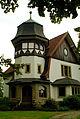 Anbau von 1908 im Landhausstil, polygonaler Eckturm mit hoher Dachgaube am Herrenhaus, Rittergut I, Brabeckstraße 186, Hannover Bemerode, gesehen vom Gutspark.jpg