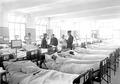 Arztvisite im Krankensaal der Etappensanitätsanstalt Zofingen - CH-BAR - 3238454.tif