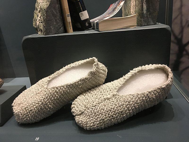 Datei:Asbestos slippers, Musee Mineralogique et Minier de Thetford Mines (30474859696).jpg