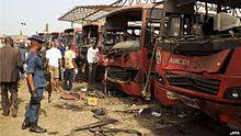 carcasses brûlées d'une demi-douzaine de bus