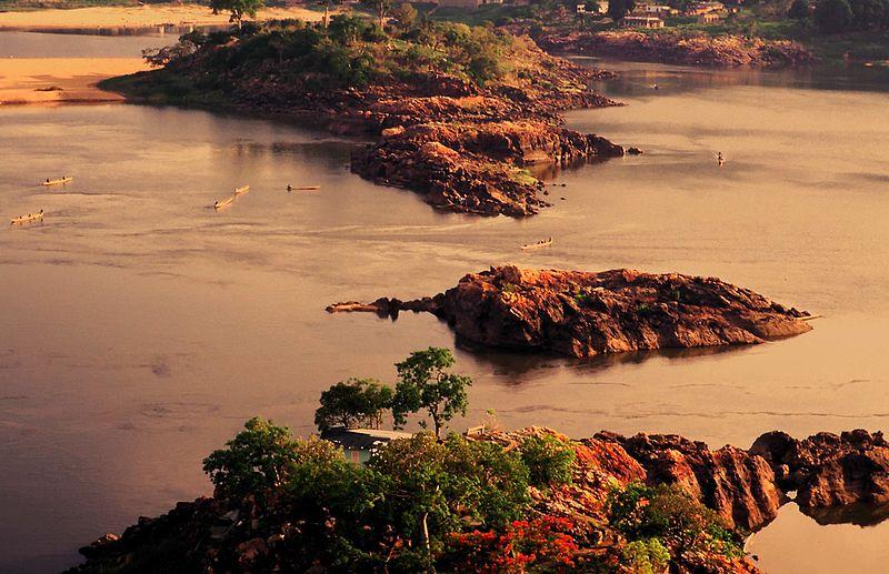 File:Bangui Crossing - panoramio.jpg