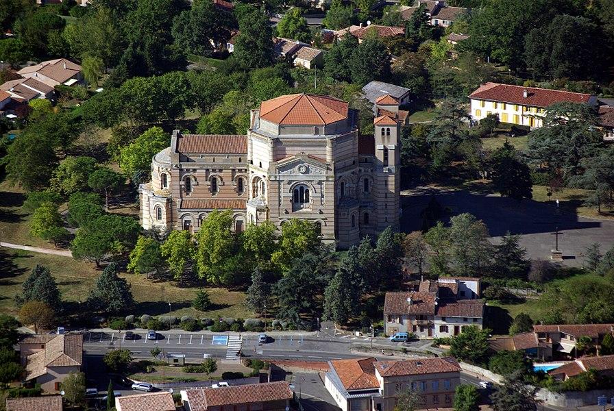 Vue aérienne de la basilique Sainte-Germaine de Pibrac.