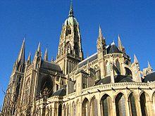 East end ของมหาวิหารบายู (Bayeux) ประเทศฝรั่งเศสที่แสดงให้เห็นมุขด้านหลังพร้อมกับหอคอยกลางที่ตกแต่งอย่างสวยงาม