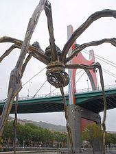 Bilbao - Guggenheim, Maman (Louise Bourgeois); al fondo, el Puente de La Salve.jpg