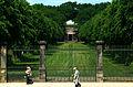 Blick über das Einfahrtsportal durch die Lindenallee von 1726 zum Welfenmausoleum im Berggarten in Hannover.jpg