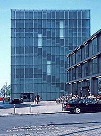 Vista del Museo de Arte de Bregenz desde la plaza sureste. El edificio que asoma en el lado derecho alberga las oficinas y servicios del museo.
