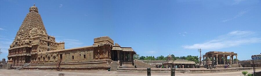 900px-Brihadeeswara_temple_Thanjavur_vista1.jpg