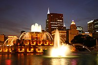 Buckingham Fountain in Chicago at night.jpg