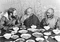 Bundesarchiv Bild 135-KA-10-089, Tibetexpedition, Tashi Lhunpo, Essen mit Abt.jpg