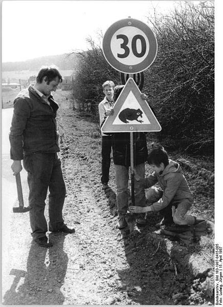 File:Bundesarchiv Bild 183-1987-0415-005, Krötenschutz, Warnschild zur Krötenwanderung.jpg