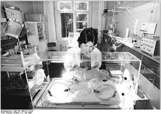 """Neonatal intensive care unit - Bundesarchiv Bild 183-1989-0712-025, Berlin, Krankenhaus """"Oskar-Ziethen"""", Kinderkrankenhaus"""