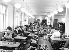 Bundesarchiv Bild 183-69837-0001, Bekleidungswerk Bormann, Produktion.jpg