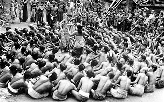 Backup dancer - Image: COLLECTIE TROPENMUSEUM Balinese dansers dansen de kètjak T Mnr 10004676