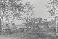 COLLECTIE TROPENMUSEUM Dorpsgezicht met militairen Boven Singkil Atjeh TMnr 60039116.jpg