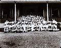 COLLECTIE TROPENMUSEUM Groepsportret met schooljongens en de missionarissen die hen onderwijs geven Borneo TMnr 60051439.jpg