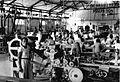 COLLECTIE TROPENMUSEUM Nimeffabriek interieur kartonnage-afdeling met zakkenmachine op de voorgrond Malang Oost Java. TMnr 60012146.jpg