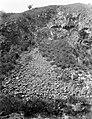 Collectie Nationaal Museum van Wereldculturen TM-10021414 Kale, steile rotsen met afgebrokkelde steenstukken op Saba Saba -Nederlandse Antillen fotograaf niet bekend.jpg