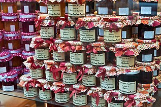 Confetture di vari gusti esposte su uno scaffale di un negozio