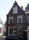 foto van Huis van parterre, verdieping en zolderverdieping, gedekt door een zadeldak