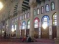 Damaskus, Omayadenmoschee, Innenraum mit grün beleuchtetem Schrein Johannes d. Täufers (37819317585).jpg