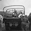 De bevolking van Roermond keert naar huis terug Amerikaanse soldaten helpen de , Bestanddeelnr 900-2296.jpg