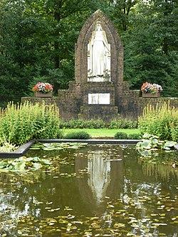 Dekkerswald Groesbeek, Nijmeegsebaan 31, Heilig Hart beeld met reflectie.JPG