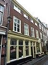 foto van Pand met verdieping, lage zolderverdieping en zadeldak, evenwijdig aan de straat tussen puntgevels