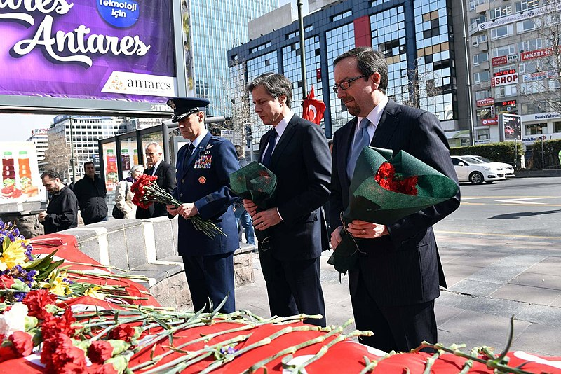 Dosya:Deputy Secretary Blinken, Ambassador Bass, and Brig. Gen. Sasseville Pay Their Respect to the Victims of the March 13 Kizilay Bombing in Ankara (25379468043).jpg