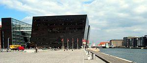 Søren Kierkegaards Plads - Søren Kierkegaards Plads with the Black Diamond leaning towards the water