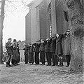 Drie leden van de BS (Nederlands Binnenlandse Strijdkrachten) bewaken een groep, Bestanddeelnr 900-2899.jpg