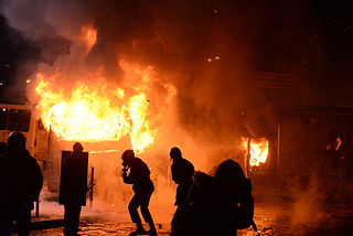 Dynamivska str barricades on fire. Euromaidan Protests. Events of Jan 19, 2014-3.jpg