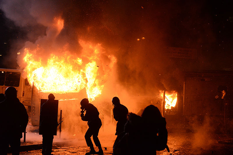 File:Dynamivska str barricades on fire. Euromaidan Protests. Events of Jan 19, 2014-3.jpg