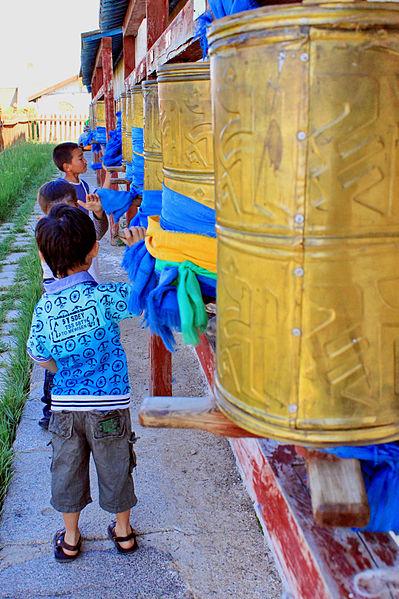 File:Dzieci z młynkami modlitewnymi 01.jpg