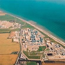 Vue aérienne de l'arrangement de grilles de bâtiments et de tuyaux à côté de la côte de la mer du Yorkshire.