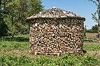 Ebenthal Friedrich-Gagern-Strasse Brennholzstapel 30042016 1817.jpg