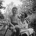 Een vrouw en een jongen, Bestanddeelnr 191-1122.jpg
