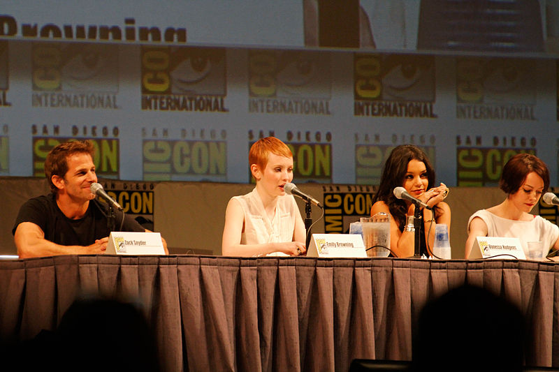 File:Emily Browning 2010 Comic Con.jpg