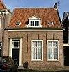 foto van Eenvoudig woonhuis met nok evenwijdig aan de straat