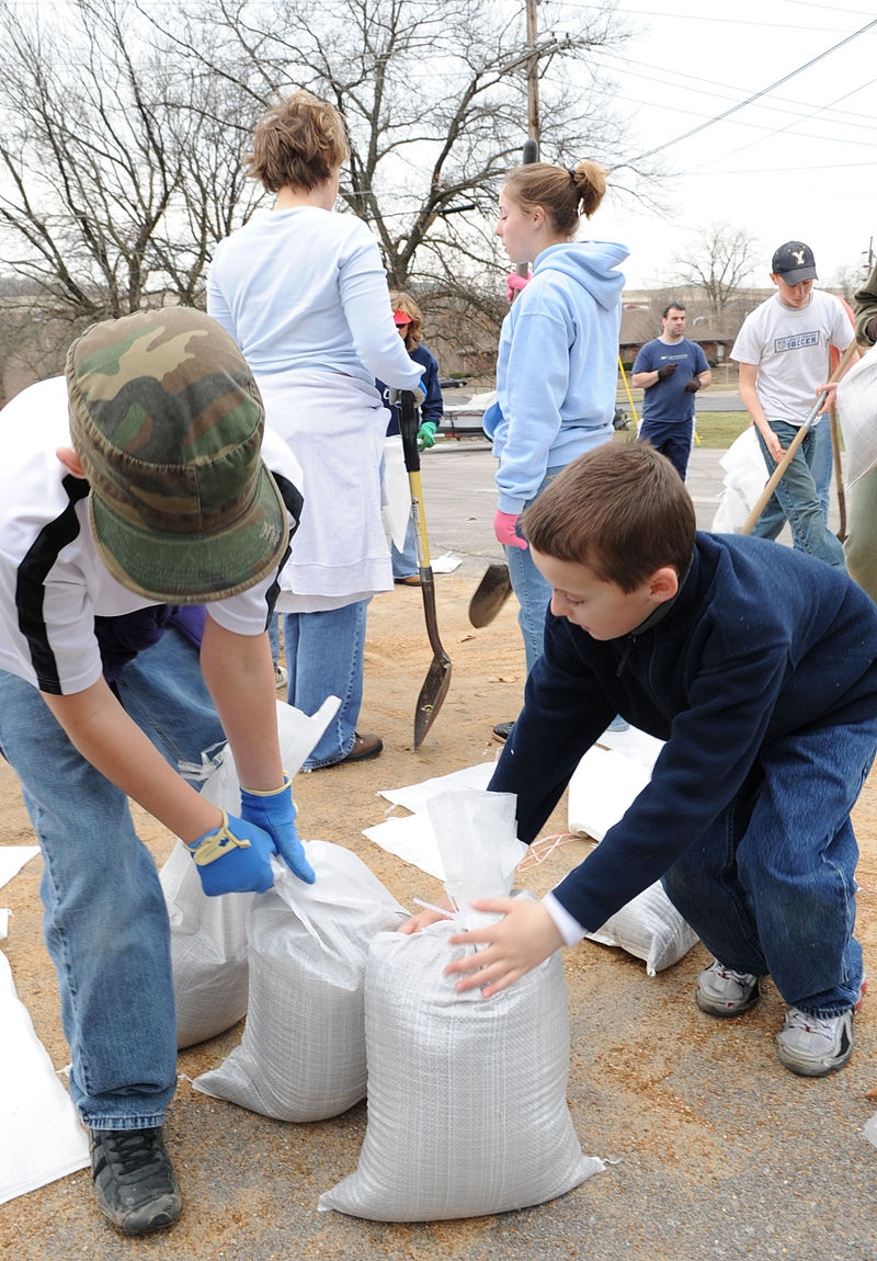 FEMA - 34540 - Residents fill sandbags in Missouri.jpg