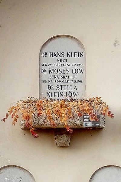 File:Feuerhalle Simmering - Urnenhain - Stella Klein-Löw, 2016.jpg