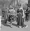 Franse actrice Capucine brengt bezoek aan Keukenhof, Bestanddeelnr 913-8162.jpg