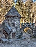 Frauenstein Schloss Wasserablaufschleusenturm und Zinnen-Tor 14122016 5653.jpg