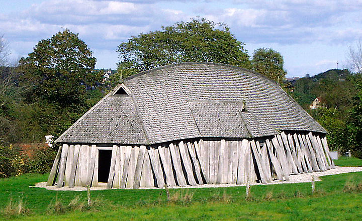 A reconstructed Viking Age mead hall (28.5 metres long). Fyrkat hus stor.jpg