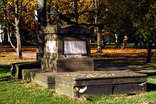 Grabmal auf dem Neustädter Friedhof (Quelle: Wikimedia)